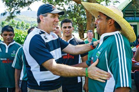 Saludo entre Alberto Vollmer, presidente de Ron Santa Teresa, y José Gregorio Rodríguez, uno de los atracadores del asalto que originó el Proyecto Alcatraz y actual entrenador de rugby. Fuente: http://elpais.com/elpais/2013/12/20/eps/1387543621_612207.html